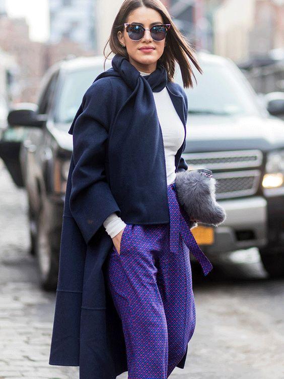 lila byxor mörkblå kappa