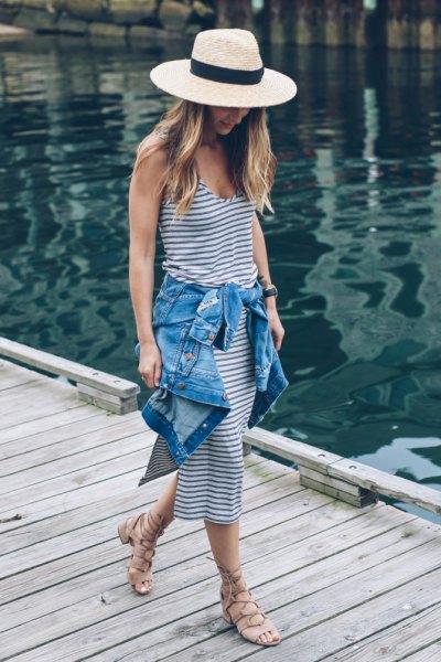 Stråhatt i marinblå och vit randig läder midiklänning