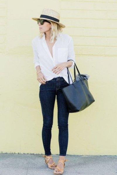 Smala jeans med en stråhatt och en vit knapp