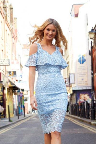 Bodycon ljusblå spetsklänning med kall axel