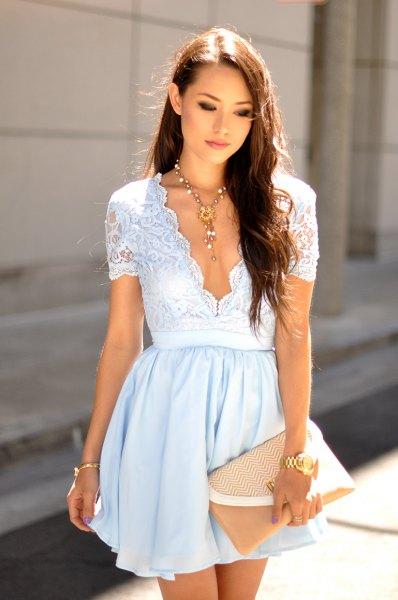 Ljusblå fit & flare miniklänning med djup V-ringning och rodnadskoppling