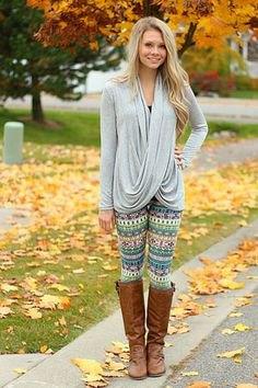 ljusgrå draperad topp med grå och ljusgula tribal fleece leggings