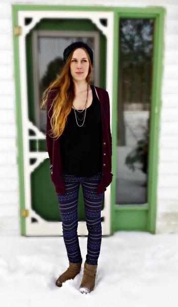 svart linne med scoop-halsringning, kofta och tribal fleece leggings