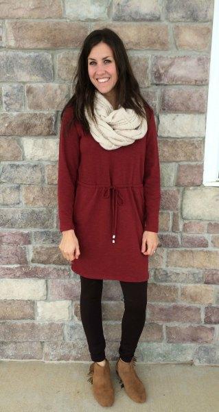 Vinröd röd samlad tunika topp med ljusrosa halsduk och fleece leggings