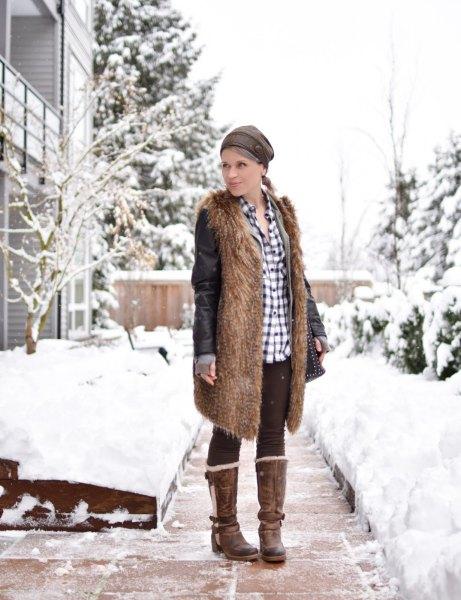 brun faux päls långfodrad väst med svarta fleece leggings och rutig skjorta