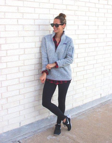 grå tröja med rutig pojkvänskjorta och svarta leggings