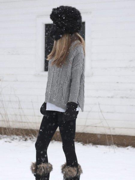 grå, grovkornad stickad tröja med knähöga stövlar av fuskpäls
