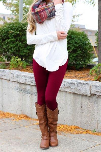 vit tunika-T-shirt med en grå rutig cashmere-halsduk och vinröda fleece-damaskar