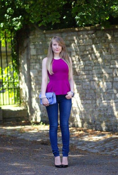 lila topp med blå skinny jeans och svarta klackar