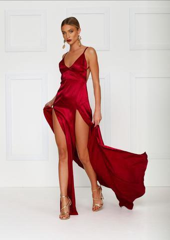 röd spagettirem med djup V-ringning och maxiklänning med dubbla slitsar
