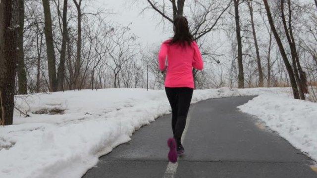 rosa vindjacka för löpande outfit
