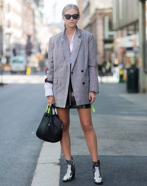 ljusblå skjorta med knappar och svart läder kjol