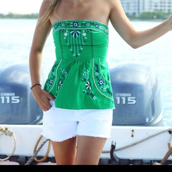 grön stamtryckt tubtopp med vita mini-shorts