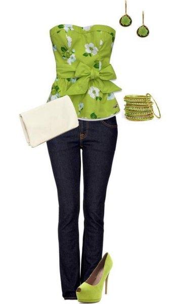 Limegrön och vit blommig tubtopp med blommönster och jeans med mörka rör