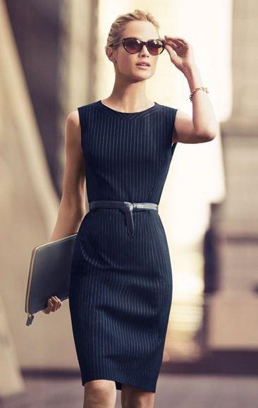 svart skiftklänning med bälte och vita ränder