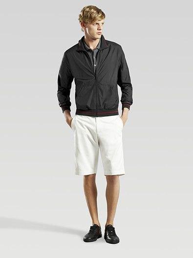 svart vindjacka med vita knälånga shorts