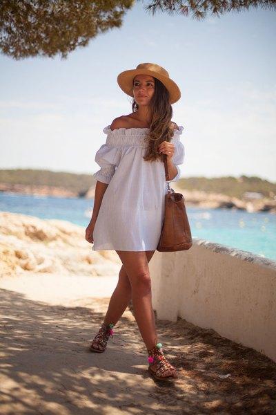 av axeln vit badydoll klänning stråhatt