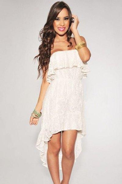 Axelbandslös, hög, låg spets klänning med vita volanger