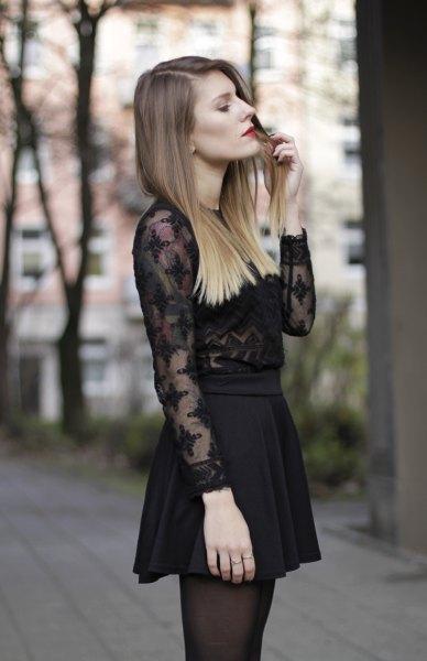 Spetsdetaljer i svart chiffongskjorta