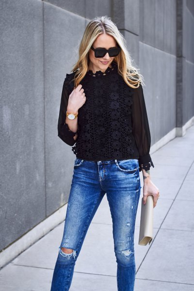 vit blommig spetsskjorta blå rippade skinny jeans