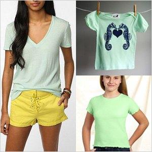Mint V-ringad t-shirt och gula mini-shorts