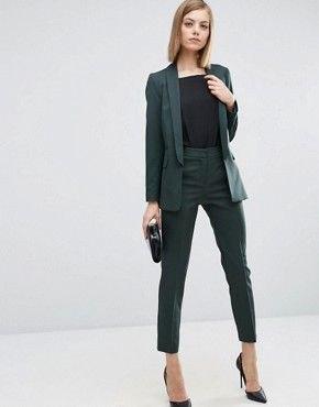 mörkgrön kostym med svart t-shirt och spetsiga klackar