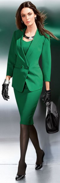 Olivgrön kjoldräkt med en urringning och klackar
