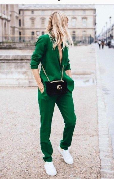grön kavaj med matchande byxor och sneakers