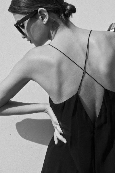 Svart slida klänning med korsband och låg rygg