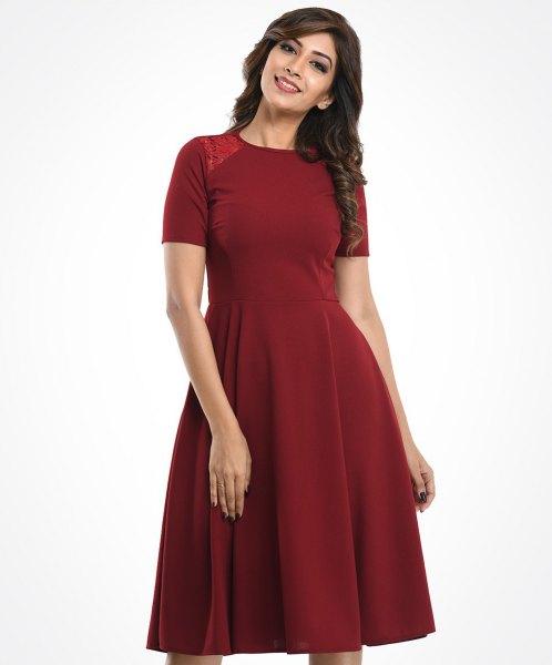 röd kortärmad klänning med passform och flare