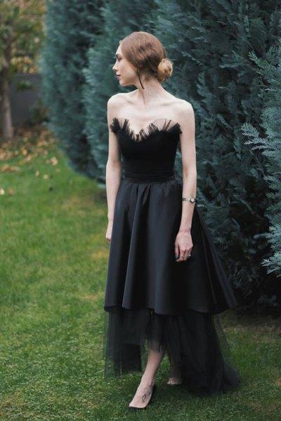 svart faux fjäder axelbandslös passform och flare hög låg festklänning