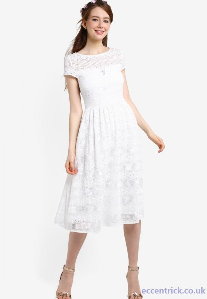 Kortärmad festklänning i vit passform och flare med silver, klackar med öppen tå