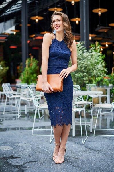 marinblå midi bodycon spetsklänning med brun kopplingsväska