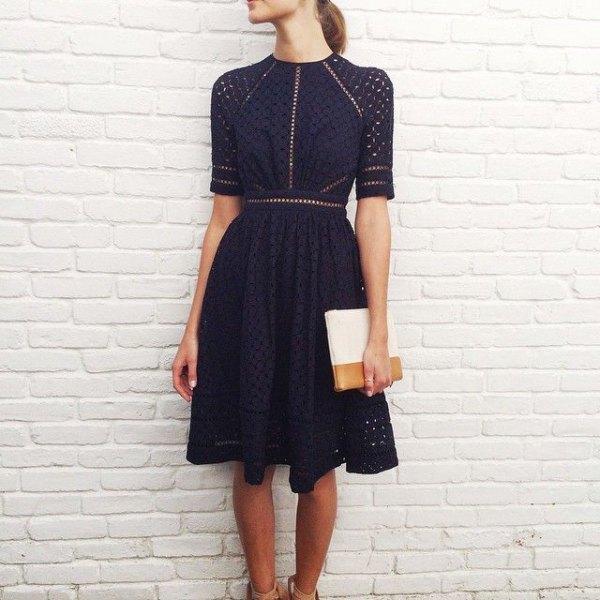 mörk marinblå halvärmad passform och flare knälång klänning
