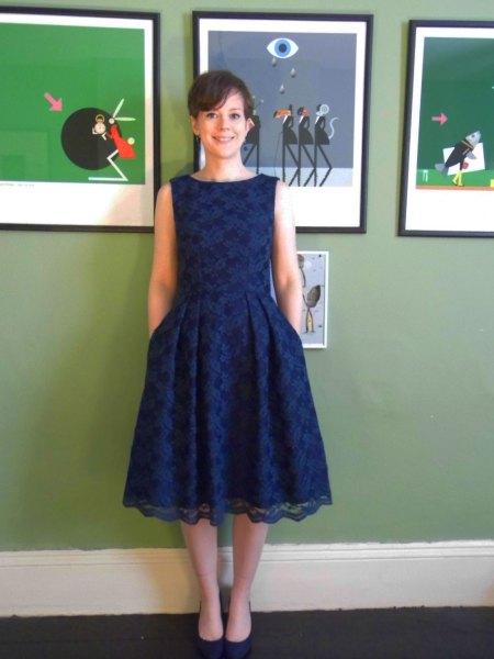 ärmlös marinblå midiklänning med matchande klackar