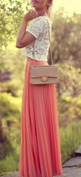 vit, kort spets topp med rodnande maxi chiffong kjol