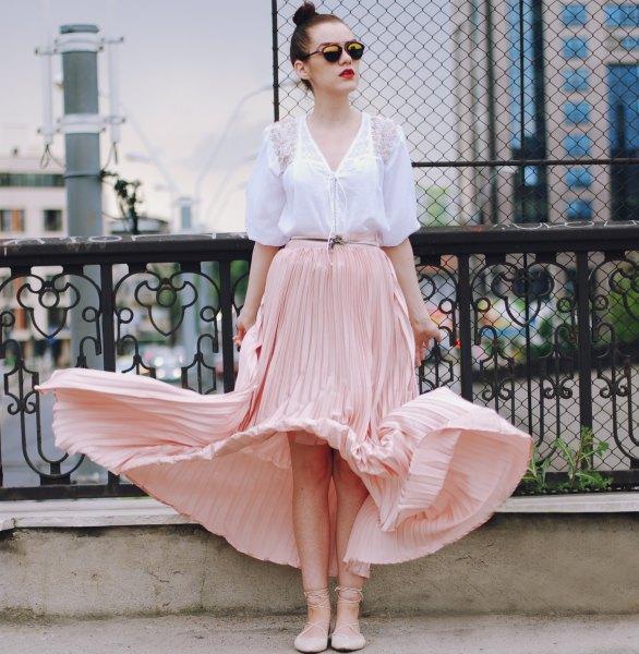 vit blus med en rodnande flytande kjol