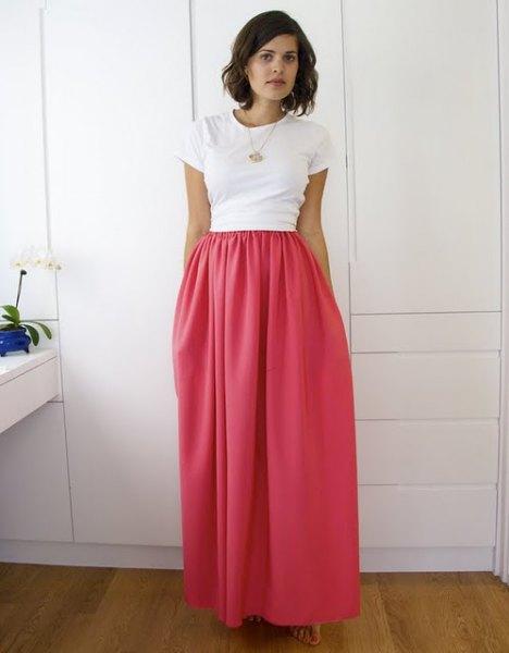 vit t-shirt med hög midja elastisk midja maxi rosa kjol
