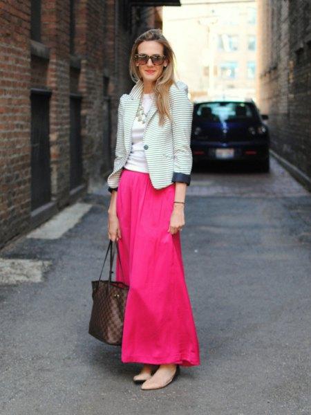 svart och vit randig kavaj med rosa maxiklänning