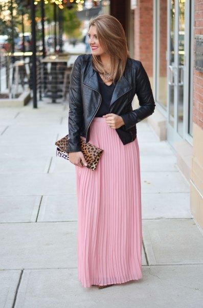 svart skinnjacka med rosa veckad maxikjol