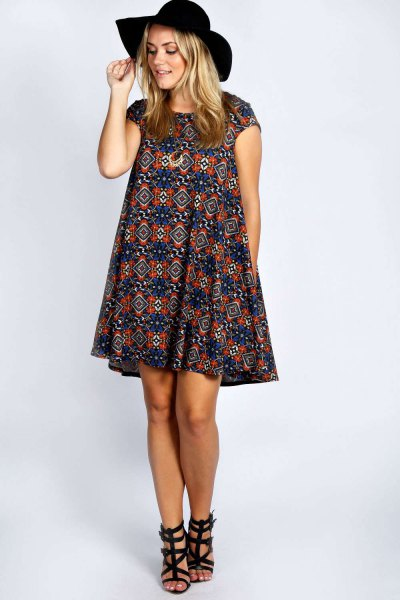 luftig klänning med mörkblå och röda stamtryckta kepsärmar