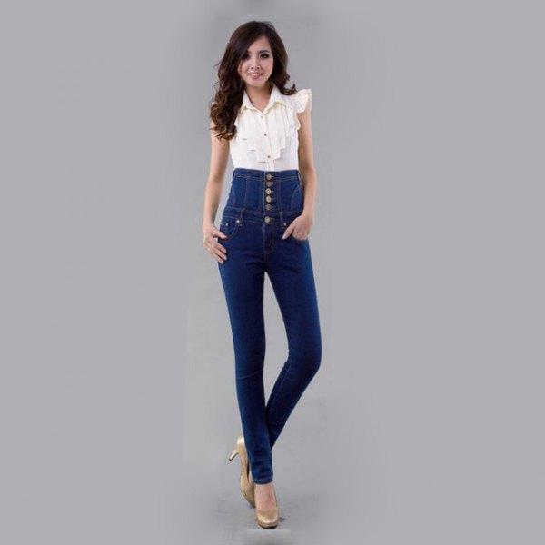 vit ärmlös blus med uppdragna skinny jeans med knappfickor