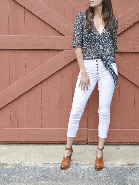 Svart och vit prickig chiffongskjorta med smala jeans