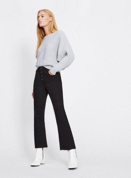 grå, grovstickad tröja med svarta, utsvängda fluga-jeans