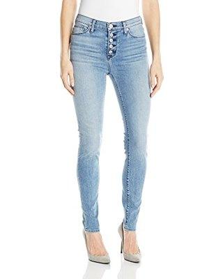 vit, figur-kramande T-shirt med ljusblå skinny jeans med knappfäste