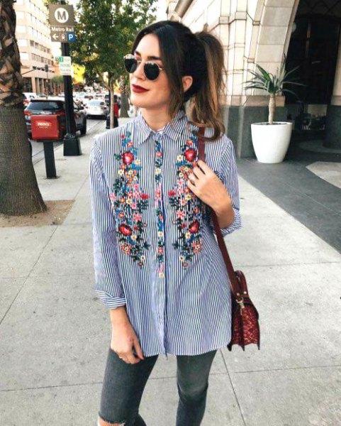 Blomma broderad mörkblå och vit randig pojkvänskjorta