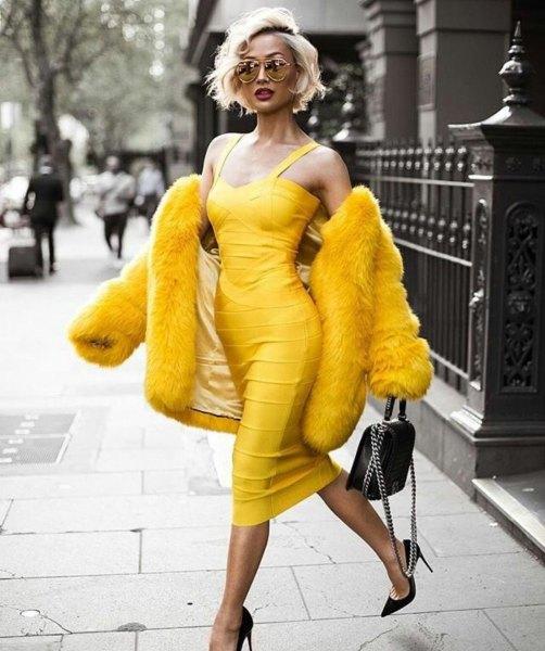 gul ärmlös, lågklippt midiklänning med fuskpäls