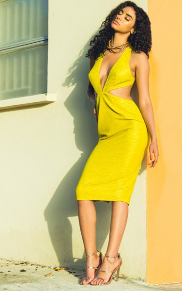 gul midiklänning med djup V-ringning och remmar och klackar med öppen tå