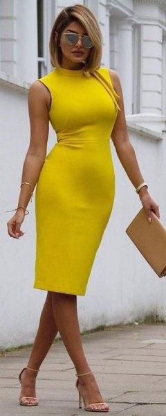 ärmlös, kramig, gul midiklänning med mock halsringning och senapskoppling