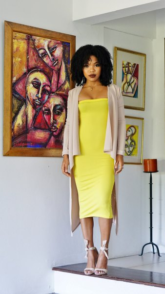gul midirörklänning med grå longline-kavaj